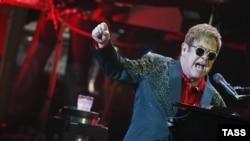 Британский певец Элтон Джон.