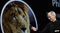 استیو جابز در حال رونمایی از سیستم عامل لاین در ۱۶ خرداد ۹۰