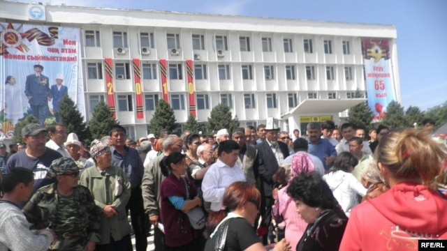 Ousted President Bakiev's supporters take over a government building in Osh