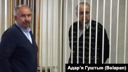 Адвакат Зьміцер Гарачка (зьлева) і Аляксандар Рымашэўскі ў судзе