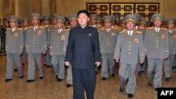 رهبر کره شمالی و شماری از فرماندهانش