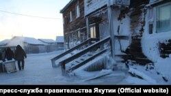 Дом в Среднеколымске, окруженный замерзшими нечистотами