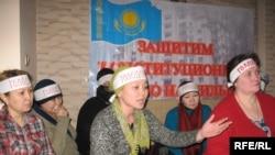 """Активисты движения """"Оставим жилье народу"""" проводят акцию протеста. Алматы, 20 января 2009 года."""