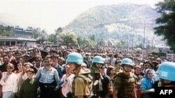 Srebrenički Bošnjaci pred štabom UN-a u Srebrenici prije nego što su muškarci razdvojeni od žena i djece