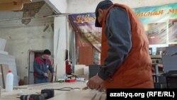 Сотрудники в цехе Биржана Кужакова делают дверцы для детских шкафчиков. Уральск, 21 января 2021 года.