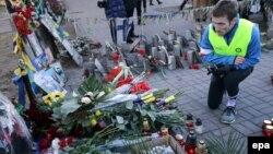 Цветы и свечи на улицах Киева в память о погибших активистах Майдана