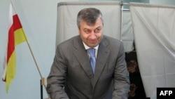 South Ossetia's leader Eduard Kokoity casts his ballot on May 31