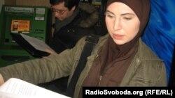 Аміна Окуєва роздає журналістам копії чергового звернення Адама Осмаєва про тортури