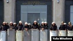 Polis Kişinyovda hökumət binasını mühafizı edir