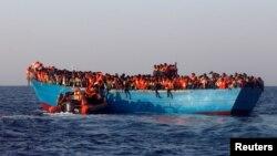Ливия жағалауынан Еуропаға қайықпен шыққан мигранттар. Тамыз 2016 жыл (Көрнекі сурет)