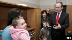 ირლანდიის ახლად არჩეული პრემიერ-მინისტრი, მაშინ ამ ქვეყნის საგარეო საქმეთა მინისტრი, მაიკლ მარტინი ცხინვალის რეგიონიდან ტოლვილებს ხვდება. 2008 წლის ნოემბერი