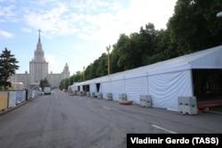 Монтаж фан-зоны возле здания МГУ