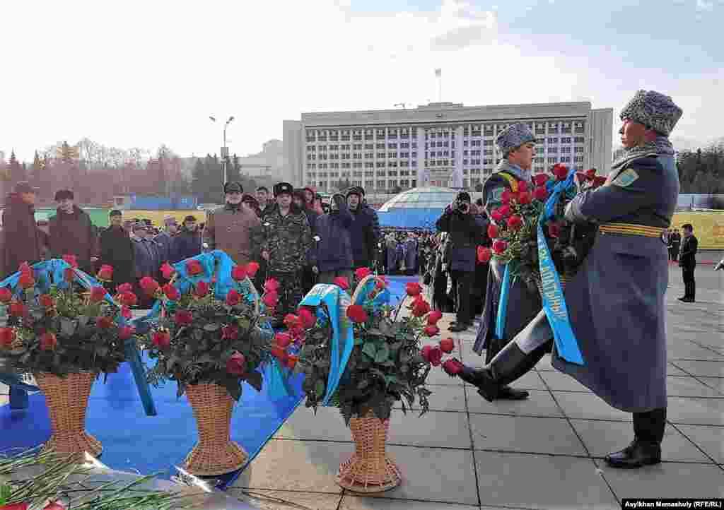 Церемония возложения цветов к монументу Независимости. Алматы, 16 декабря 2018 года.