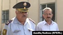Ոստիկանը ուղեկցում է ձերբակալված Հիլալ Մամեդովին, Բաքու, 22-ը հունիսի, 2012թ.