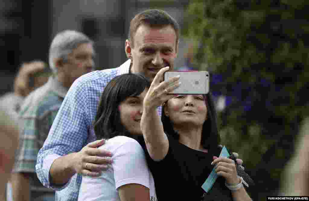 Navalny takes a photo with two women after voting on September 8.