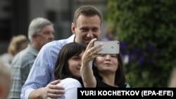 Руският опозиционер Алексей Навални се снима с избирателки, след като е гласувал на проведените в неделя местни избори.