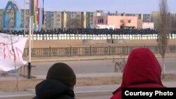 Арнайы жасаққа қарап тұрған тұрғындар. Жаңаөзен, қаңтар 2012 жыл.