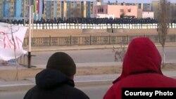 Қала көшесінде тізіліп тұрған полиция жасағы. Жаңаөзен, қаңтар 2012 жыл. (Көрнекі сурет)
