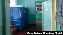 Биотуалеты в коридоре деревенской школы в Красноярском крае