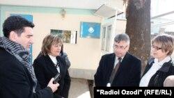 Тәжік журналистері Қазақстан елшілігінің алдында. Душанбе, 1желтоқсан 2010 жыл