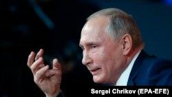 Президент России Владимир Путин отвечает на вопросы во время ежегодной пресс-конференции. Москва, 14 декабря 2017 год.