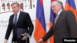 Armenia - Foreign Minister Edward Nalbandian (R) and his Lithunian counterpart Audronius Azubalis arrive at a joint news conference in Yerevan, 5Apr2012.