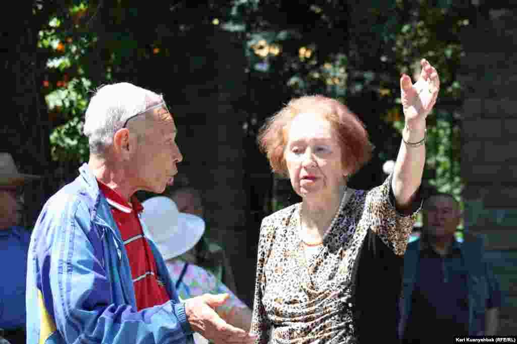 Пенсионеры у памятника Ленину.