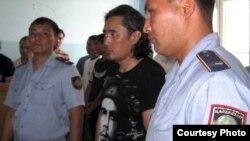 Оппозициялық саясаткер Айдос Садықов (ортада) сот үкімін тыңдап түр. Ақтөбе, 16 шілде, 2010 жыл.