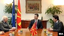 Средба на премиерот Никола Груевски со посредникот на ОН Метју Нимиц во Скопје.