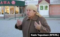 Женщина сказала, что в магазинах нет продуктов. Жанаозен, 19 декабря 2011 года.