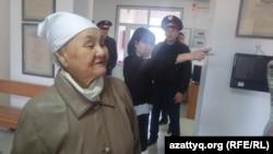 Рахила Кожасова, мать Макса Бокаева, в суде, где проходит процесс в отношении ее сына и Талгата Аяна. Атырау, октябрь 2016 года.