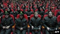 Ооган улуттук армиясынын аял-офицерлери даярдоо курсу аяктагандагы жыйында. Сентябрь, 2010
