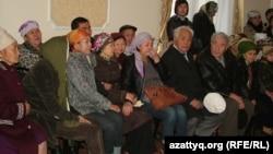 Жаназада отырған Тұяқ Шамеловтің отбасы. Орал, 3 қазан 2012 жыл