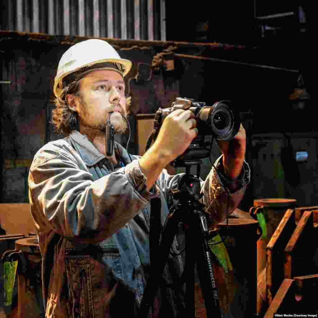 Фотограф Виктор Маха работает с камерой Nikon D800E и объективом 24 мм. За последние 10 лет он сфотографировал более 150 металлургических заводов, в основном в Восточной Европе. Фотограф говорит, что самое сложное в его работе – это получение разрешения на съемку. «Это адски тяжело», - признается Виктор Маха.