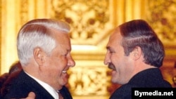 Борис Ельцин, президент России (слева) и Александр Лукашенко, президент Беларуси в Москве. 1999 год.