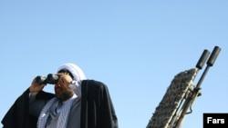 یک روحانی عضو سپاه پاسداران در یکی از رزمایش های این نیرو برای آمادگی در برابر حمله احتمالی به ایران