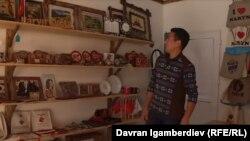 Эрмек Муканбетов в магазине, где продаются его изделия.