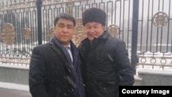 Депутаты Жанарбек Акаев жана Максат айылынын башчысы Сапарали Адинаев. Акаев «Фейсбук» баракчасына койгон сүрөт.