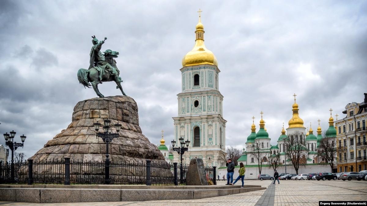 Через порывистый ветер в понедельник в Киеве объявили «желтый» уровень опасности