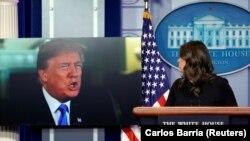 Američki predsjednik Donald Trump obraća se medijima putem dok ga prati sekretar za štampu Sarah Huckabee Sandersvid, 4. januar 2018.