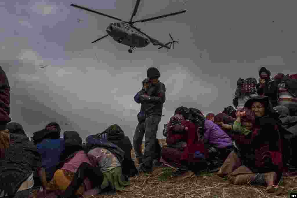 Австралієць Деніел Берегуляк (Daniel Berehulak)виграв третє місце в категорії «Новини». Непал, допомога жертвам землетрусу. 9 травня 2015 року