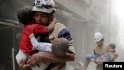 Сирия -- Кагылышуу болгон жерден балдарды алып кетип жаткандар. Алеппо, 2-июнь, 2014