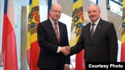 Moldovan President Nicolae Timofti (R) said the EU should maintain sanctions on Russia as he met with Czech leader Bohuslav Sobotka.