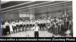"""Pionierii sunt carnea de tun a viitorului. Partidul îi îndoctrinează de mici în spiritul muncii și disciplinei socialiste. Imagine de la Festivalul Internaţional """"Copiii lumii doresc pacea""""(20.VII.1979). Fototeca online a comunismului românesc; cota 107/1979"""