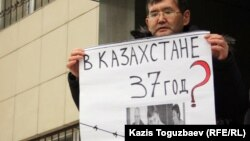 Один из участников акции журналистов в поддержку арестованных представителей оппозиции у здания Алмалинского районного суда. Алматы, 26 января 2012 года.