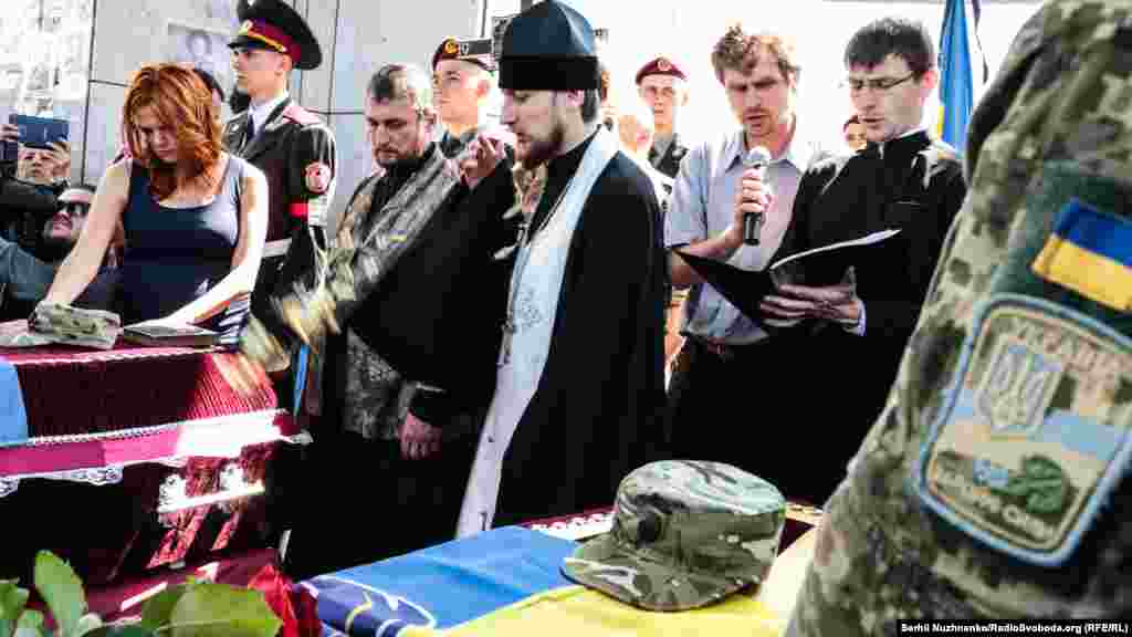 Священик проводить панихиду за загиблими бійцями батальйону «Айдар»