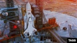 """Космический корабль """"Буран"""" на стартовой площадке космодрома Байконур"""