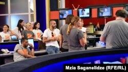 Журналисты телекомпании «Рустави-2» наблюдают в студии за ходом рассмотрения в Европейском суде по правам человека претензии юристов «Рустави 2» и его владельцев к грузинскому судопроизводству, июль 2019 года
