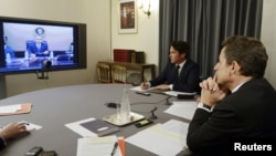 Fransuz prezidenti Nikolas Sarkozi özüniň amerikan kärdeşi Barak Obama bilen wideo maslahat edýär. Pariž, 12-nji aprel, 2012.