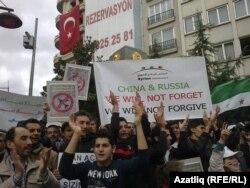 Чарада Русияне тәнкыйтьләгән плакат та бар иде